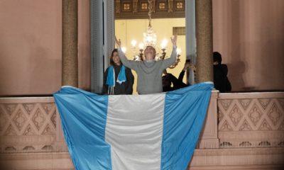 Macri junto a su esposa en el balcón de la Casa Rosada saludando a las personas en Plaza de Mayo Fuente: LA NACION - Crédito: Hernán Zenteno